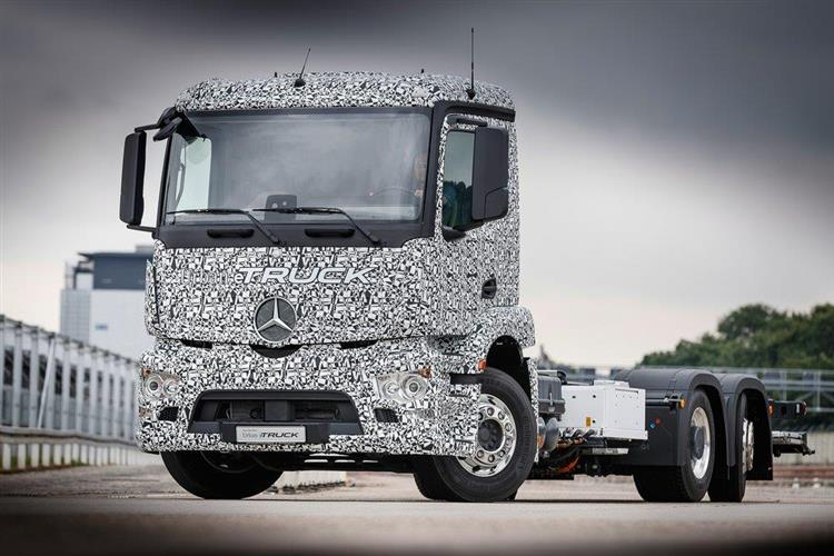 Avec ses trois essieux et ses deux moteurs �lectriques de 340 ch, le Mercedes Urban eTruck entre la cat�gorie des 25 tonnes