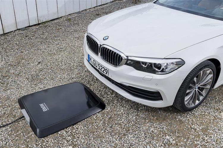 Le constructeur inaugure la charge de la batterie par induction sur son modèle hybride rechargeable BMW 530e iPerformance