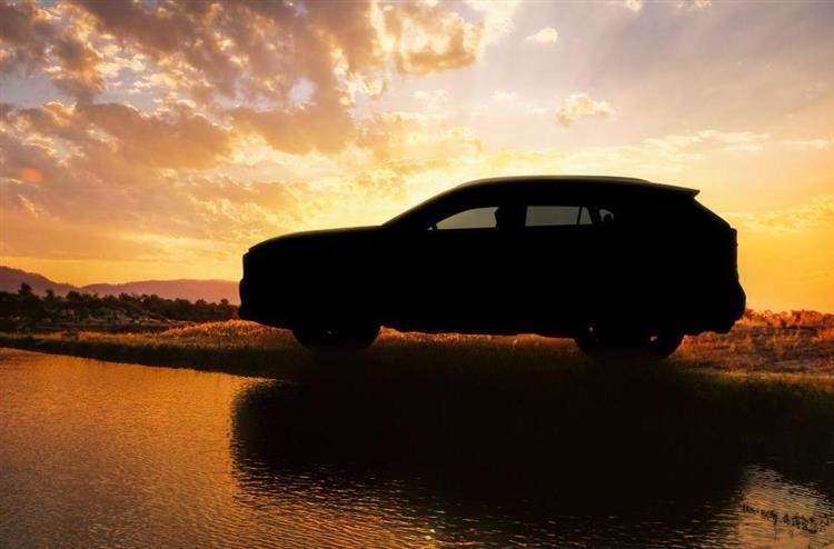 Le Toyota RAV4 affiche des lignes robustes