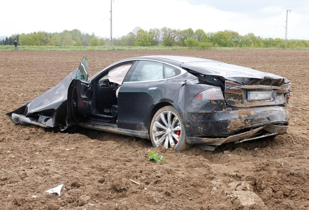 Tesla Car Crash Du