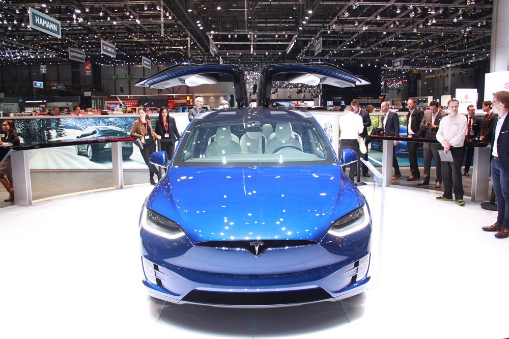 tesla model x premi res livraisons en europe l t 2016. Black Bedroom Furniture Sets. Home Design Ideas